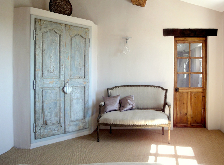 Old doors in a bedroom our achievements portes antiques for Peindre une chambre
